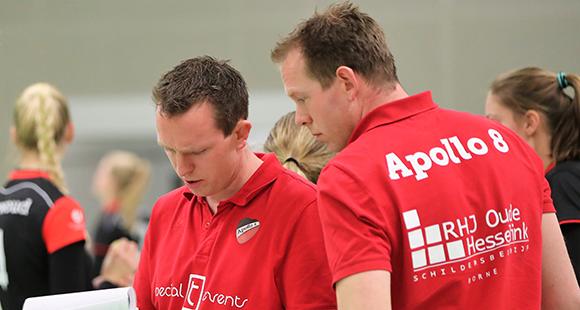 Thijs en Bart Oosting zijn ook in seizoen 2019-2020 de trainers van het eerste damesteam van Apollo 8 uit Borne.