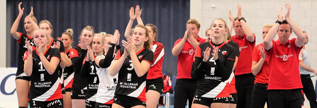 Teleurstelling bij de speelsters en staf van Dames 1 na afloop van de verloren Supercup tegen Sliedrecht Sport.