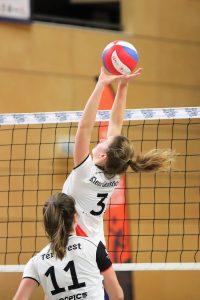 Kim Klein Lankhorst bezorgt de bal bij middenaanvalster Ilona ter Avest in de met 1-3 gewonnen wedstrijd tegen Regio Zwolle Volleybal.