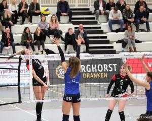 Tess de Vries in actie tijdens de met 3-1 gewonnen wedstrijd tussen Apollo 8 en Sliedrecht Sport.